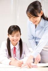 試験勉強をする学生のイメージ写真