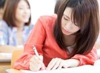 授業を受ける女性のイメージ写真